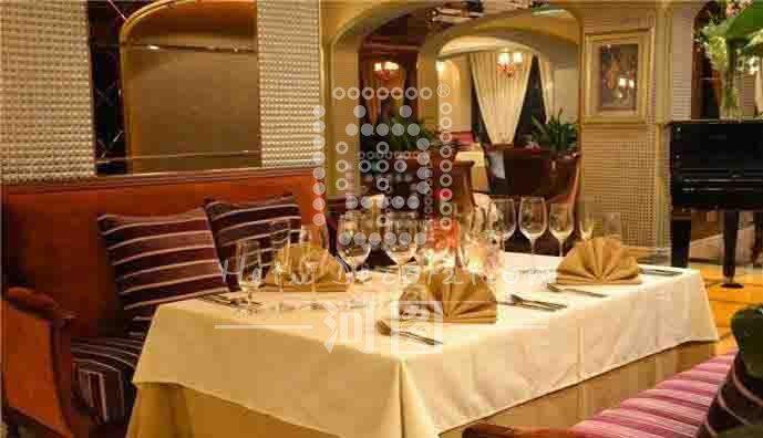 大厅  欧式风格浓郁的西餐厅,高档的用材吻合餐厅定位。 钢琴区  多方延续的门洞造型,引人入胜。 散座区  精致的油画衬托空间高级感。 卡座  暖色系配以实木质感,金碧辉煌的灯饰,无不透出空间低调与奢华。 卡座  觥筹交错间,美妙的钢琴曲,优雅的环境,让人陶醉。 包间  长条形包间配以长条形餐桌,还原欧式经典。